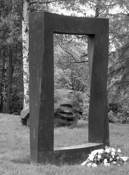 """""""Denkmal für das Rhein-Taunus Krematorium"""", Bronze, 260x200x60 cm, 2002"""