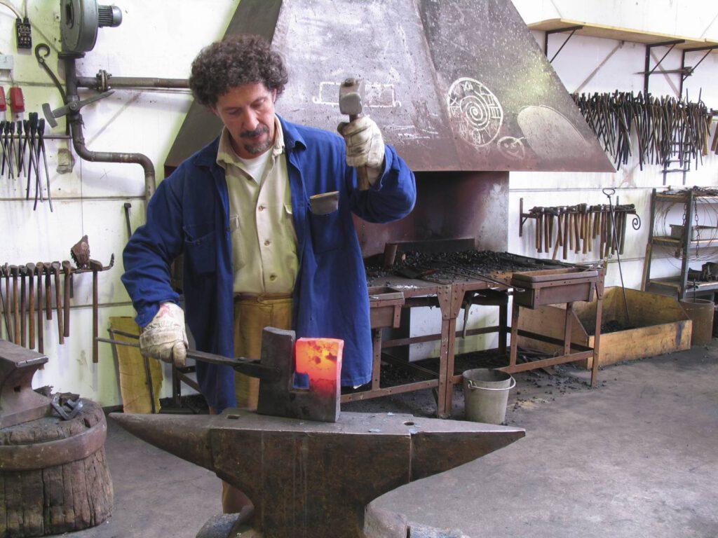 Gonzalo Sainz-Trapaga, Bildhauer, bei der Arbeit um 2006 herum. In der schmiede, glühende Skulptur, glühendes Eisen