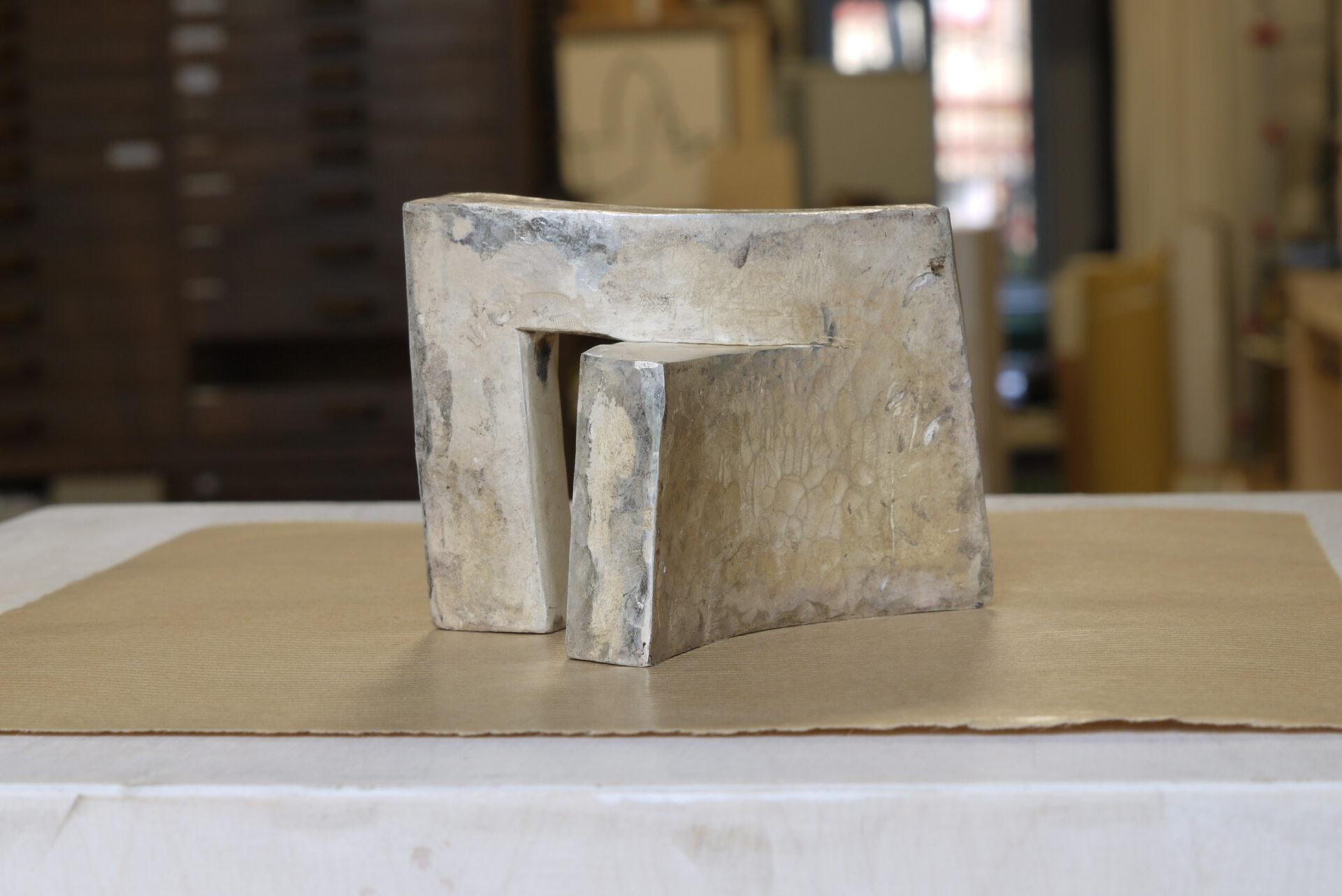Während des Lockdowns im 2021 musste ich wieder Skulpturen schmieden, nur diesmal in der Stadtatelier, diesmal in kleinere Dimensionen und in Silber. Lockdown Skulpturen Serie, Silber. 100x70x60x15-20 Millimeter.